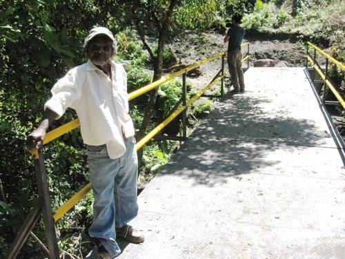 Puente peatonal en el reasentamiento El Paraíso