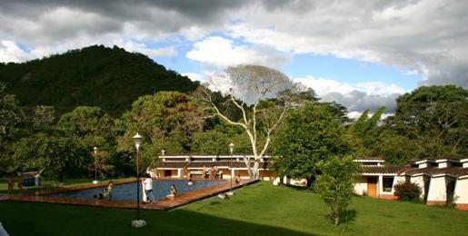 Hotel Albergue El Refugio, enclavado entre montañas, es un lugar de espectacular belleza