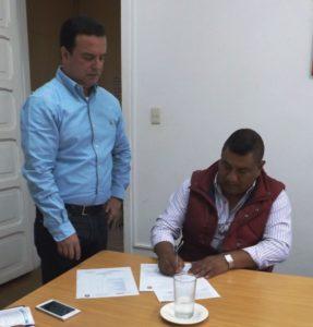 Firma del convenio de fortalecimiento interadministrativo y comunitario, celebrado entre la CNK y el municipio de Totoró. En la fotografía el Director General de Nasa Kiwe, John Diego Parra Tobar, y el Alcalde de Totoró, Hilario Sánchez.