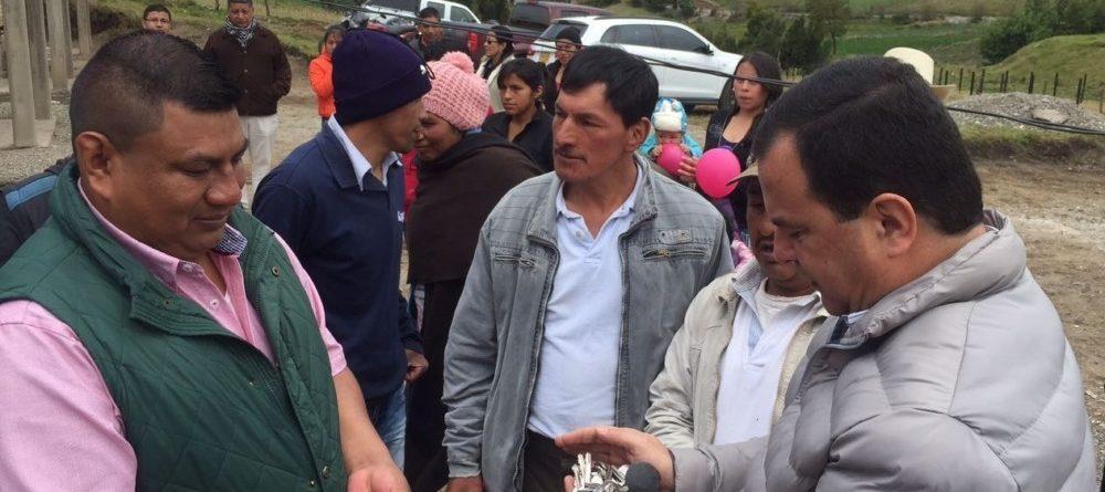 El Director de la Corporación Nasa Kiwe, John Diego Parra Tobar, entregó las llaves de la vivienda al Alcalde de Totoró, Hilario Sánchez.